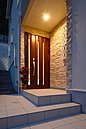 玄関には広さを演出する親子ドアを採用。タイル張りの落ち着いた飽きのこないテイストで仕上げています。