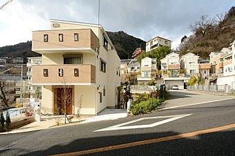 六甲の豊かな緑と調和した閑静な住宅街。交通便利な立地。