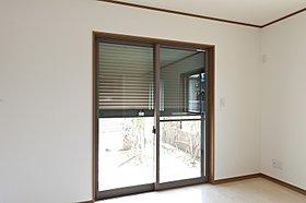 1階LDKの窓には電動シャッターを装備。(3号棟)