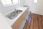 4号棟 キッチン スライド式の収納スペースで出し入れラクラク。