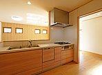 1号棟キッチン 収納スペースが豊富+閉まる際にはゆっくりと閉まるソフトクローザーになっています