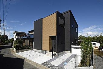 モダンなブラックの外壁に木調のアクセントが映える外観。内覧できます。