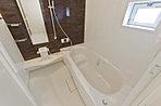 浴槽は魔法びん浴槽の断熱構造で温か。床はカラリ床で表面の水をどんどん引いて、翌朝には乾き、お掃除ラクラク。浴室換気乾燥機付き。(当社施工例写真)