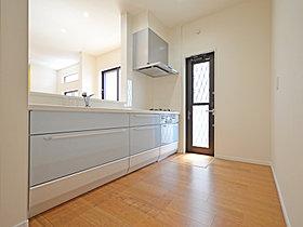 【18号棟】キッチンスペースもゆとりがあります。
