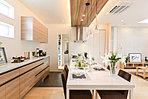 (J号地ご見学用モデルハウス)ダイニングテーブルへとシームレスなフルフラット対面キッチンでお料理が更に楽しく!