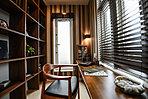 セカンドバルコニーへと出入り可能な書斎。造付本棚とカウンターで使い勝手の良い空間に。