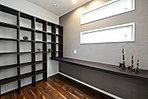 造付の本棚とカウンター付の趣味の幅広がる書斎