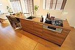 カフェスタイルのアイランドキッチン。忙しい朝にも便利な食洗機付