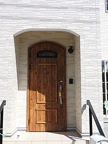 南欧風の可愛いおうちです。可愛いものが好きな方にピッタリです。可愛いお子様がぴょんっと出てきそうな玄関です。