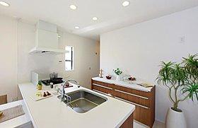 食洗機・最新型ガスコンロを備えたオープンキッチン。