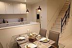 ダイニングスペースはオープンキッチンとの一体感があって、家族のコミュニケーションが取りやすい。