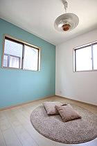 落ち着きを感じる凝った和室。壁に珪藻土を使用。