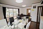 【A邸・C邸 LDK約15.5帖】リビング家具・ダイニング家具、テレビボード、エアコン、カーテン、LED照明器具付