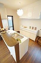 施工例:対面キッチンでリビングに家族の笑顔が広がります。