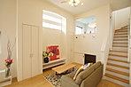 採光を考えた窓と、天井高でお部屋が心地よいです。