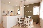照明はシャビー調のペンダントライト。ダイニングテーブルはリビングテーブル・TVボードに合わせてホワイトカラーを使い、統一感のあるオシャレ空間に。キッチンは対面型で会話も弾む。
