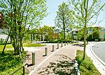 3つの公園をつなぎ緩やかな曲線を描く、歩道を設けた並木道「センターストリート」