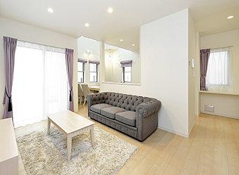 【No.14内観】ダークな床色とホワイトの壁のコントラストが美しい、クリアモダンなコーディネート。落ち着きのある住まいです。