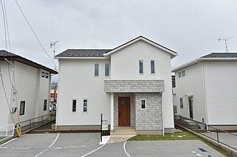 【内覧できます:No.13】優しい色合いの外観。北玄関はデメリットに見えますが、駐車場とお庭を分けて確保できるため便利!お庭では憧れのガーデニングも叶います♪※パースは完成イメージ