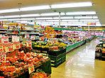 スーパーまるもまで300m(徒歩4分)9:00~21:00まで営業。生鮮食品をはじめ、生活用雑貨や酒などを扱うスーパーマーケットです。