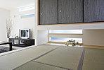 吊押入れのあるLDK脇の小上がりの和室施工例。来客時に使用するだけでなく、お子様のお昼寝の場所としてもまたアイロンがけなどのちょっとした家事室としてもフレシキブルに使用でき、便利です。