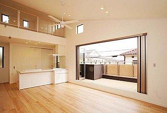 上階がロフト空間になっている開放的なLDK施工例。自由設計対応のエドケンハウスの注文住宅で叶える理想の家づくり。