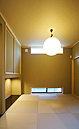 飾り床がある和室施工例。飾り床に花を活けたり、小物を置いたりしてお客様を迎える場所として使用したり、アイロンがけなどの家事室としても活躍してくれるフレシキブル空間です。