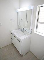 ☆1号棟☆節水タイプのシャワー付三面鏡洗面化粧台!