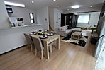 床暖房搭載の快適なLDK。家族団らんの時間も増える憩いの空間。〈アーバンポート施工例〉