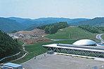 【播磨高原東小学校】 安藤忠雄氏により設計された校舎はリニアな校舎の横に楕円形の体育館が設置されています。