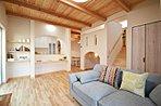 広々19.1帖のリビングダイニングキッチン・天井高2.7m&無垢材を使用した梁が印象的、ナチュラルな色合いの温かみのある室内は天井が高く開放感があります。