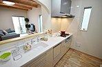 19.6帖のリビングダイニングキッチン、マルチスペース・収納に活用したり、ペット専用のおうちにしたりと、アイデア次第で様々な使い方が出来る3帖のスペース。子供たちがワクワクする空間です。