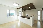 家族でのコミュニケーションがとれる対面型システムキッチン。横一列にシンクとコンロをまとめたシンプルな形です。動きやすさとスタイリッシュなデザインが魅力。(19号棟・2016年12月撮影)