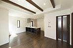 木の温もりが漂う化粧梁は、ご家族が集うリビングに採用。心地よく寛げる空間デザインが、一味違う優雅な暮らしのスタイルをご提案します。(2号棟 2016年4月撮影)