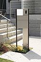 門柱は建物の外観にあわせたデザインを採用。ポスト一体型の洗練されつつ機能的なタイプを標準で設置しています。(2号棟 2016年4月撮影)