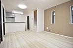 2号棟参考外観パース:縦ラインを意識して、白で調和をもたらしております。玄関扉も白にしてアクセントにしております。
