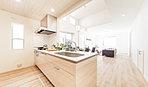 天井高を約2.6mを確保したLDK・吹抜け・和室が開放的に繋がる、陽光溢れる空間。ダマスク模様のデザインウォールを配し上質な空間を演出。対面式キッチンなので家族との
