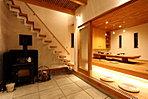 【浴室】ひのきの壁をはった浴室。ユニットバスのいいところを生かしつつ、木の風合いを感じられる空間を実現。