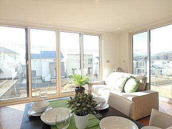 (12-14号地)リビングの窓は天井まであるワイドサッシで光に包まれた暮らしです