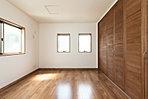 【10号棟洋室】クローゼットにも木の温もりを。2面採光で心地よい陽光が降り注ぎます