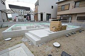 建物と基礎との間に免震装置を設置し、地震の揺れを伝えない!