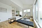 リビングに温水式床暖房を2基設置。空気を乾燥させずに足元から室内を暖めるので健康的です