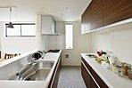 キッチン袖壁には、平田タイルMaple Bricksを採用。某コーヒーショップの内装を取り入れ、まるでカフェにいるかのような空間を再現