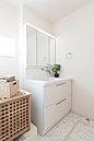 NO.8 現地モデルハウス 洗面化粧台はワイド仕様。3面鏡裏収納、スライド収納。お手入れ簡単な一体型洗面ボウル、ハンドシャワーなど機能充実。