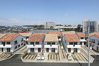 外観写真 (平成28年3月撮影/フランス直輸入の瓦を施した美しい景観の街並み)