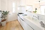 システムキッチンには、食器洗乾燥機・浄水器標準搭載。すべての収納が引き出しなので、スペースすべてを有効活用できます