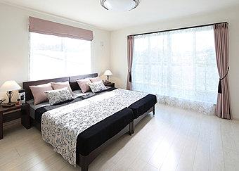 採光豊かな広々空間。主寝室にぴったりの2階洋室。平成28年11月撮影
