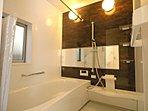 「浴室乾燥機」があれば、浴室をいつでもカラっとした状態にできます。雨の日の洗濯物干しにも使えます。予備暖房もあるので、真冬の寒い時期も、浴室をあったかくしてから入れます。【両棟とも】【写真:1号棟】