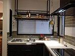 タイル調の壁に使い勝手の良いL字型キッチンです。