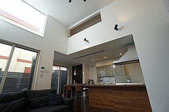 約4.3mの吹き抜け空間は分譲住宅とは思えない解放的な空間。